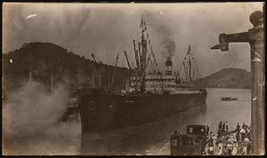 View of S.S. Cristobal entering Pedro Miguel locks, southbound, August 3, 1914. | Buque S.S. Cristobal entrando a las esclusas de Pedro Miguel, viajando en dirección al sur, Agosto 3, 1914.