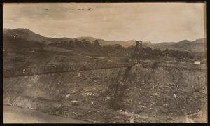 Culebra Cut temporary suspension bridge. Ca. 1910-1911. Looking east(?) | Puente colgante temporal en el Corte Culebra. Ca. 1910-1911. Vista hacia el este(?).
